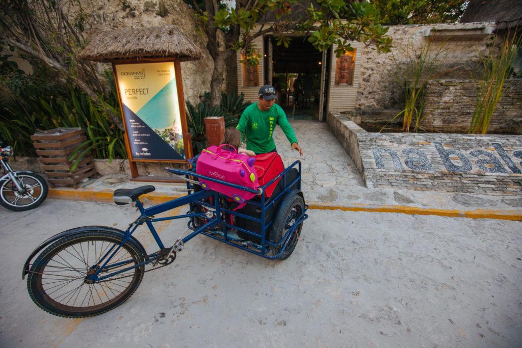 Lastenrad mit Maletero und Tochter vorm Na Balam auf Isla Mujeres
