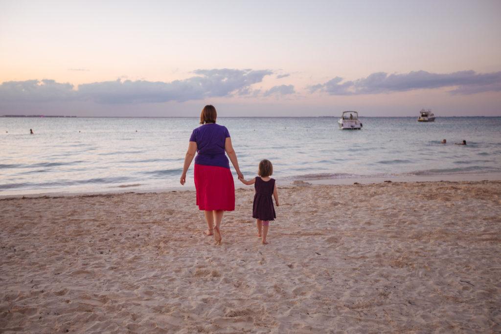 Tochter und Frau auf dem Weg ins Wasser