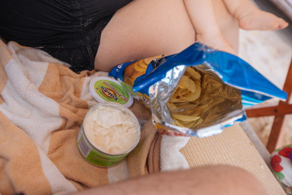 """Riffelchips und """"Sour Cream & Onion""""-Dip auf der Strandliege"""