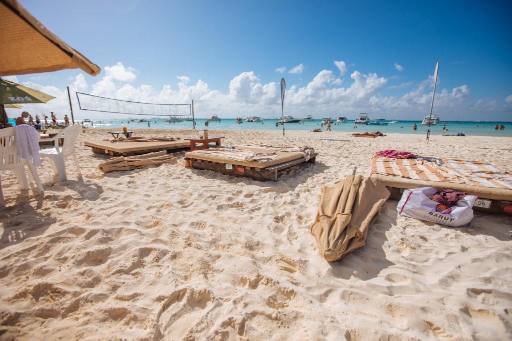Blick über die Strandliegen an der Playa Norte