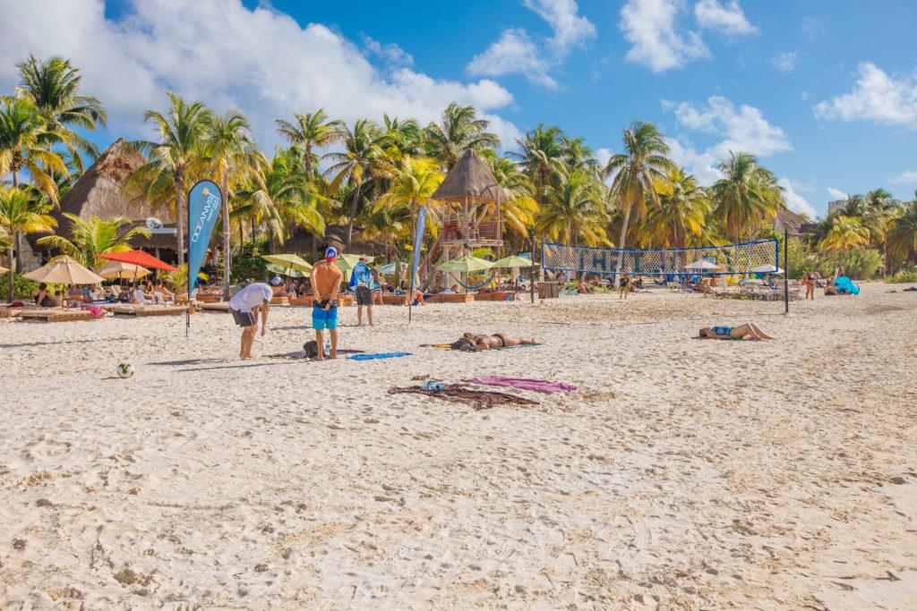 Volleyballplatz beim Na Balam mit Strand und Palmen