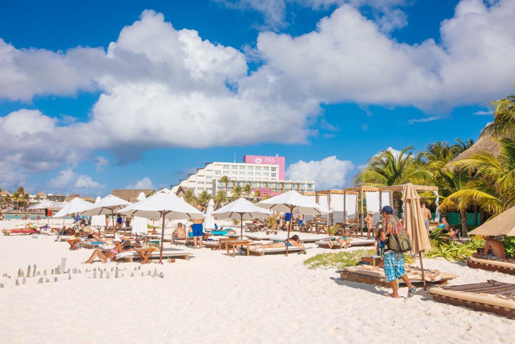 Blick über Sonnenschirme vom Na Balam Richtung Mia Reef Resort