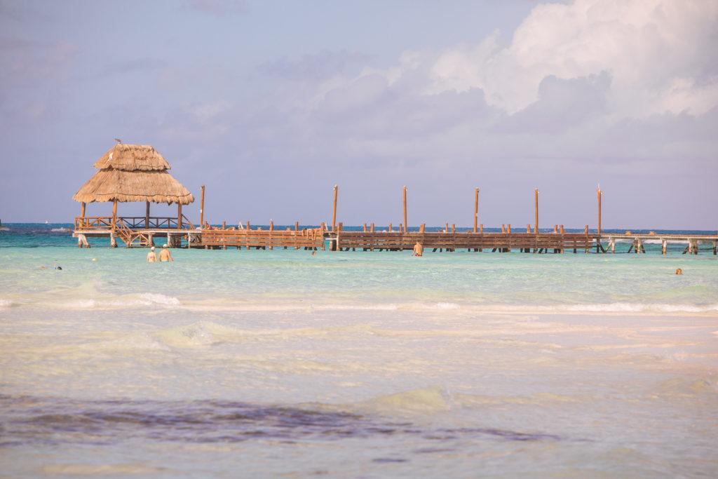 Steg mit Pavillon im Meer