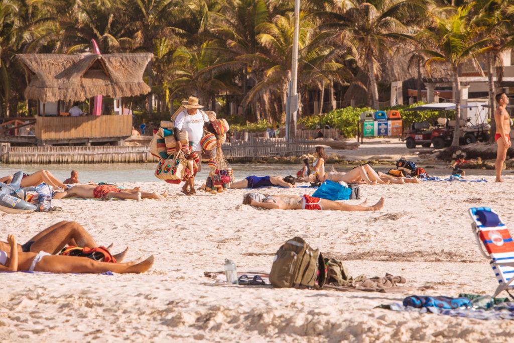 Korbverkäufer am Strand
