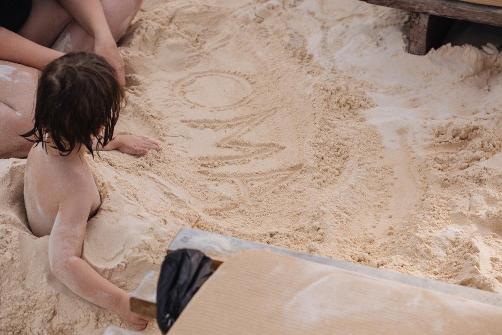 Oma in den Sand geschrieben