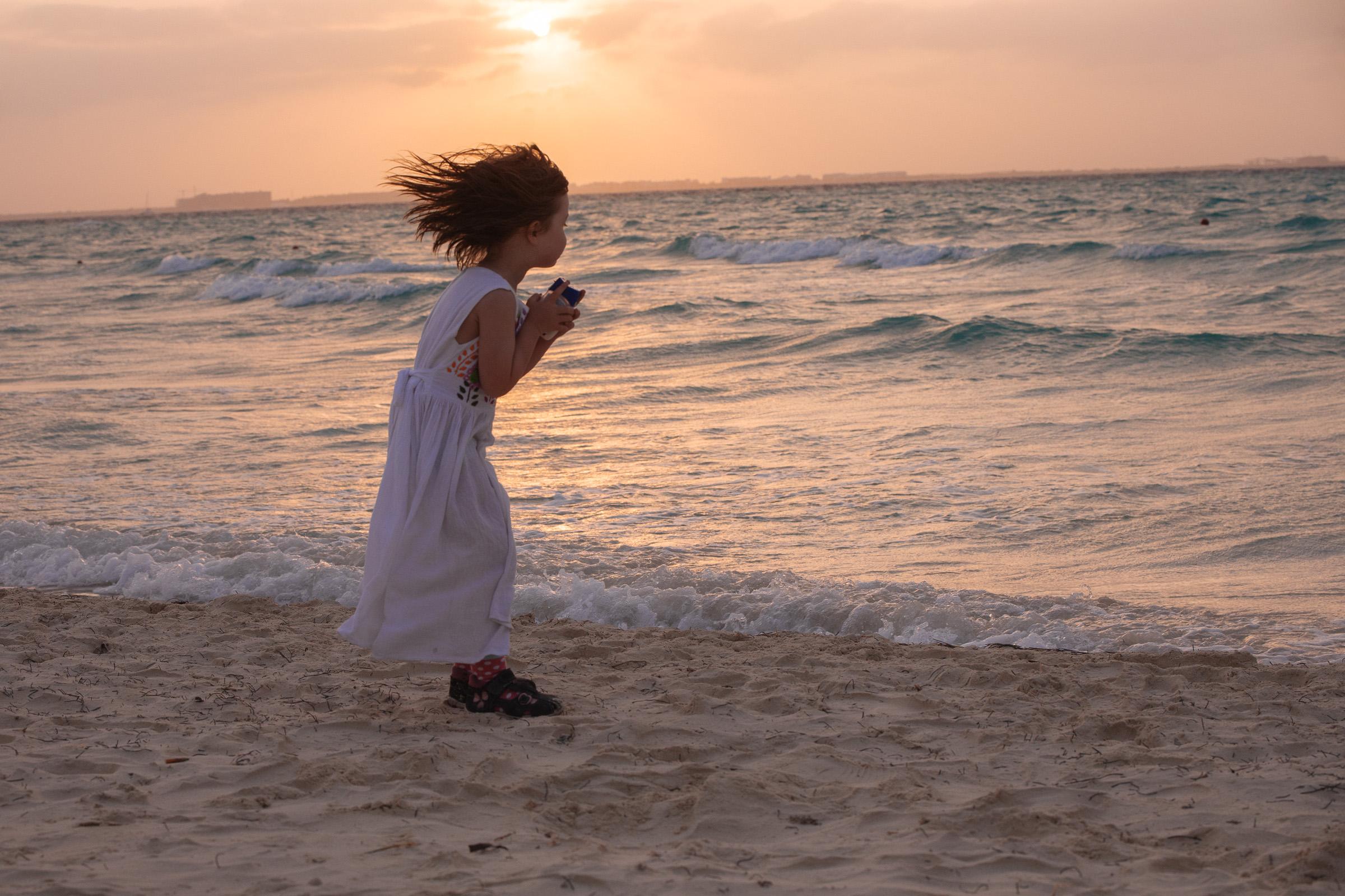 Töchterlein im Wind bei Sonnenuntergang