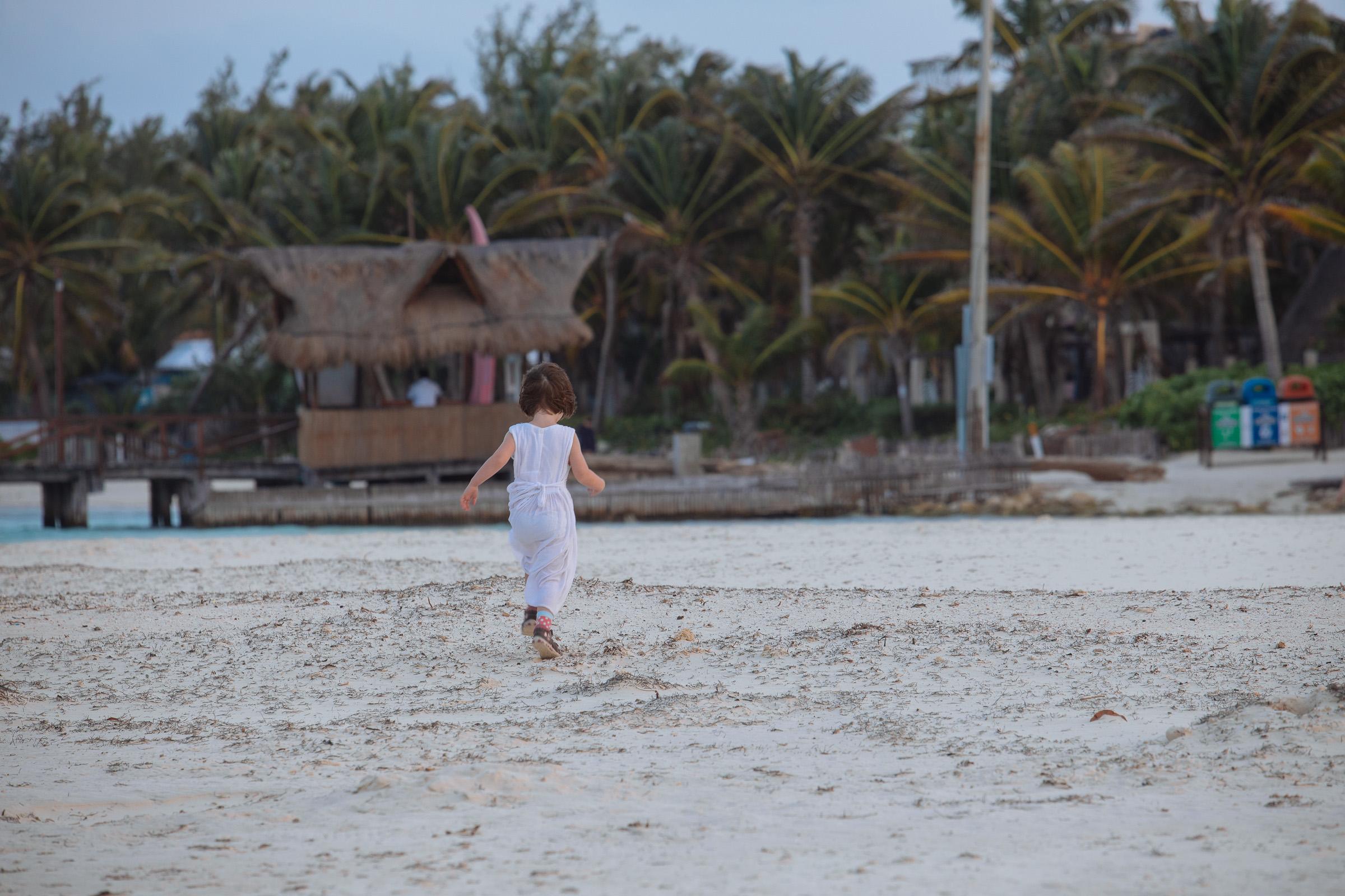 Töchterlein rennt mit dem Wind