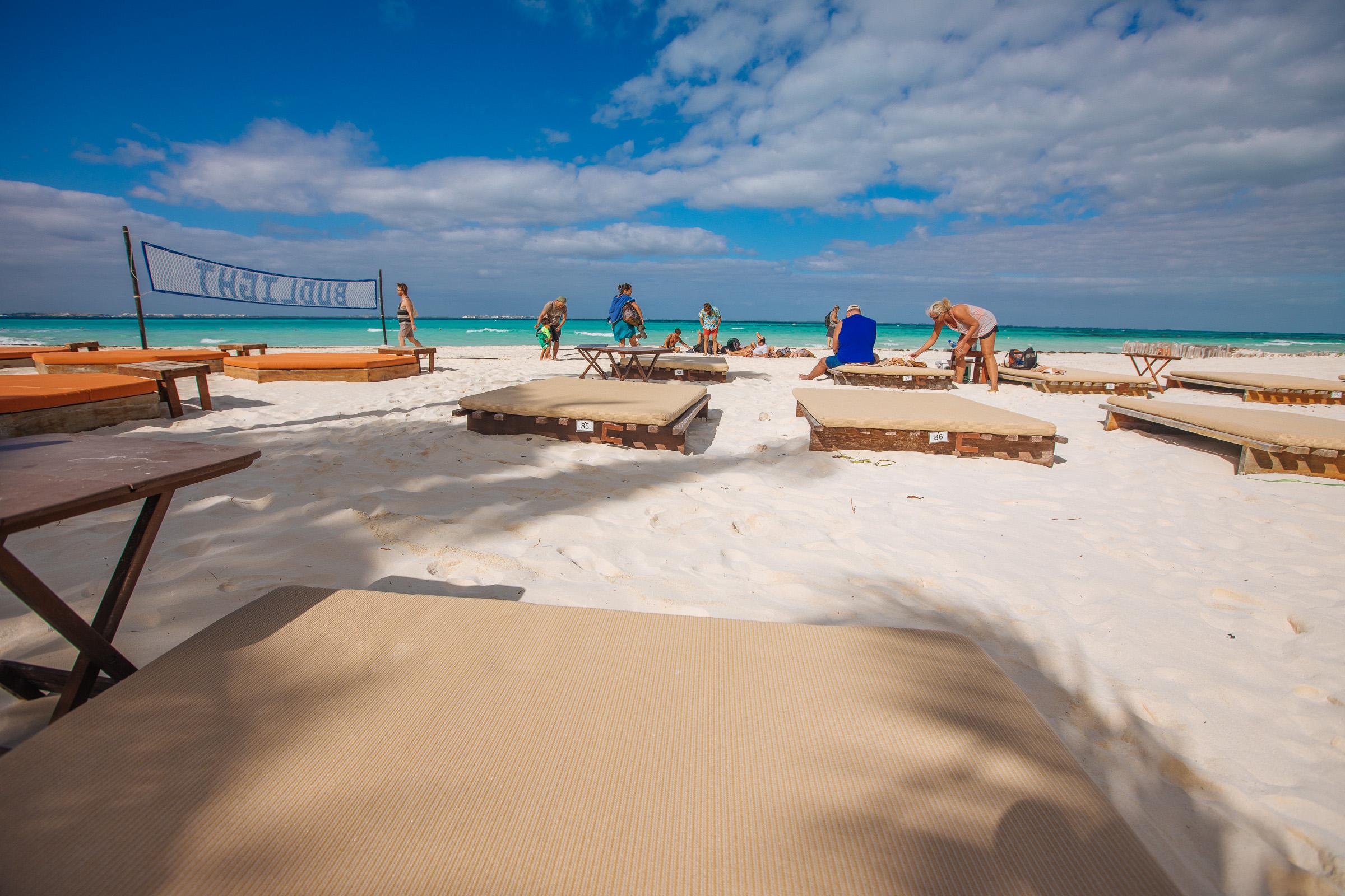 Die ersten Strandliegen werden besetzt