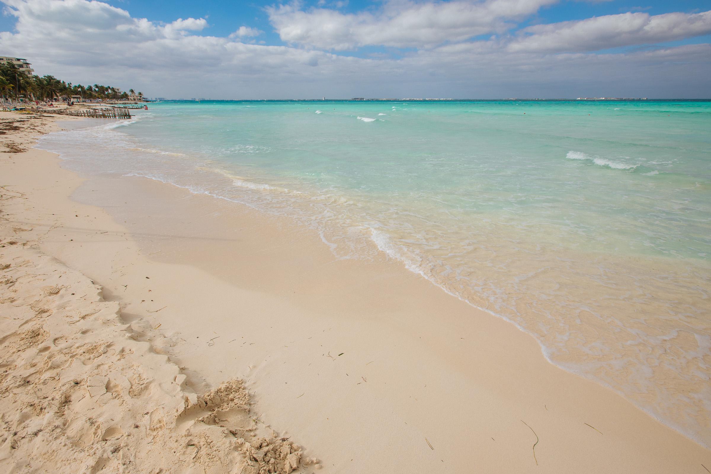 Kante im Strand und düsteres Wasser