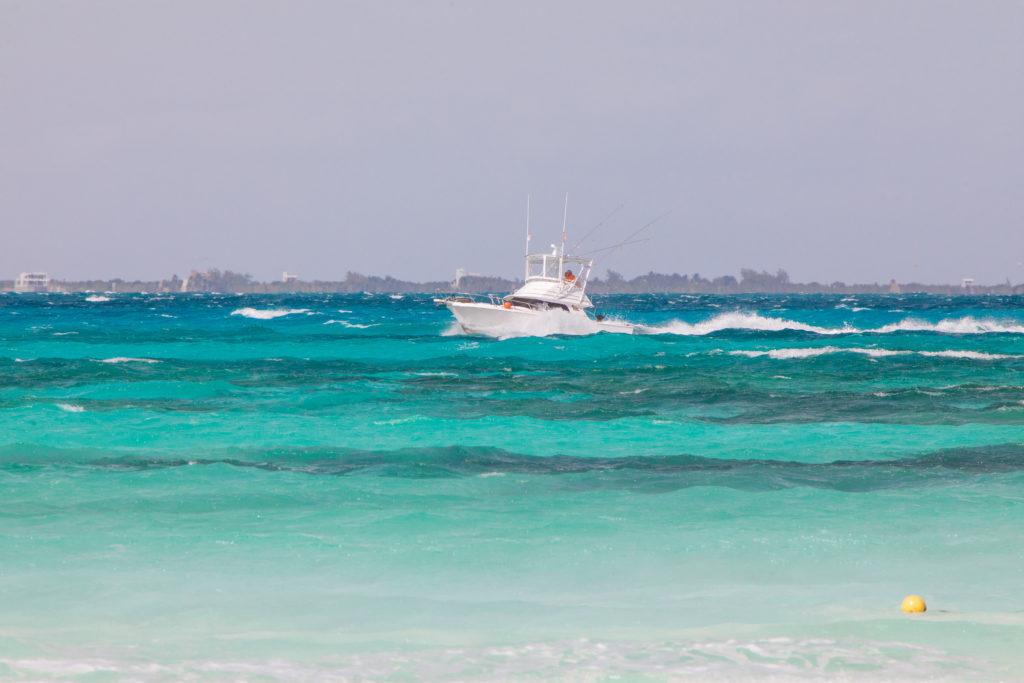 Miniyacht im karibischen Meer