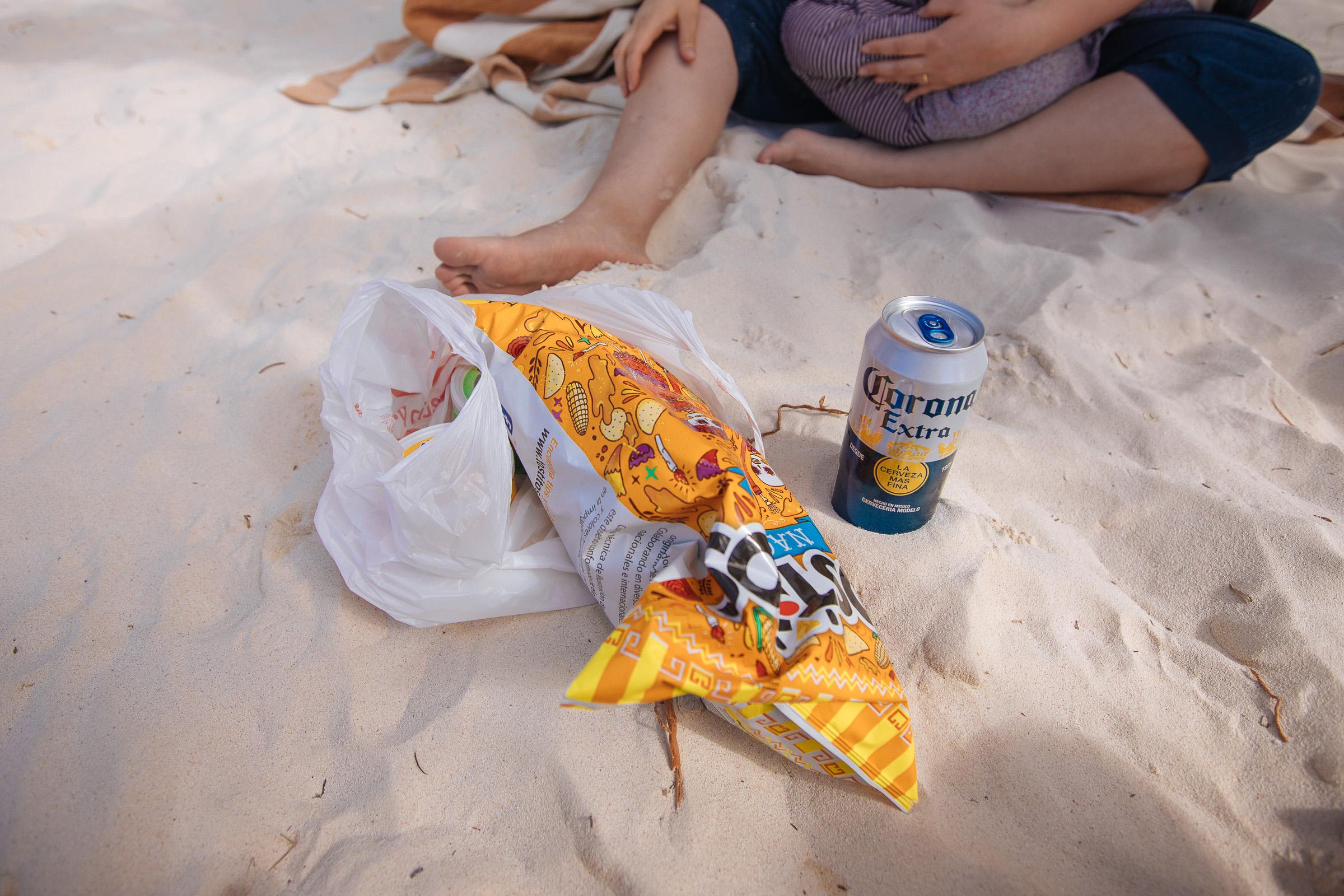 Chips, Dip und Bier am Strand