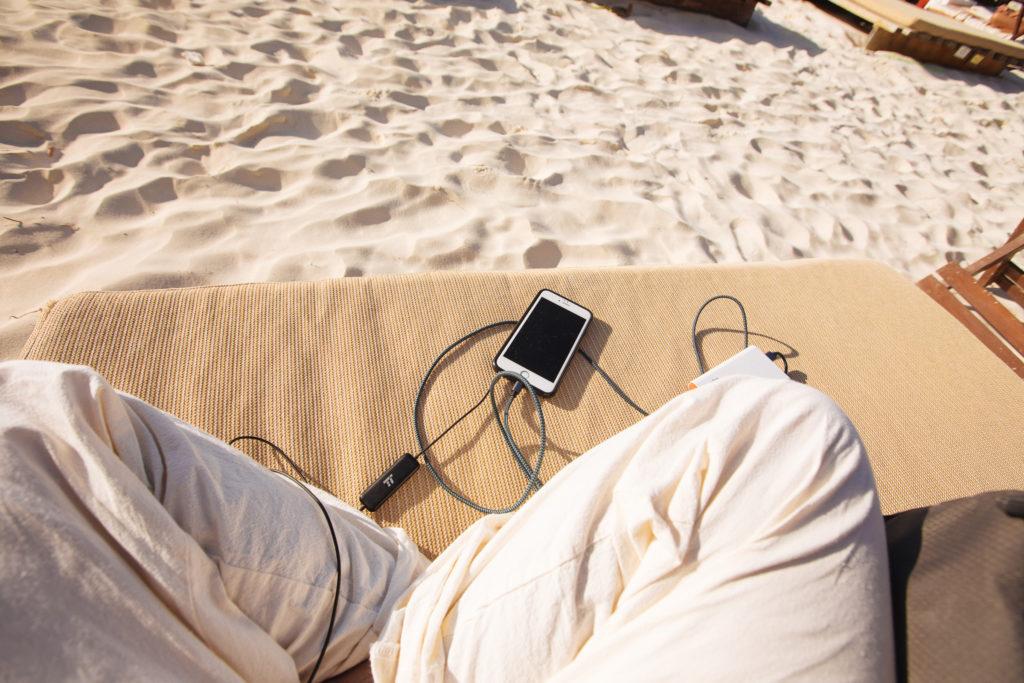 Handy auf der Strandliege
