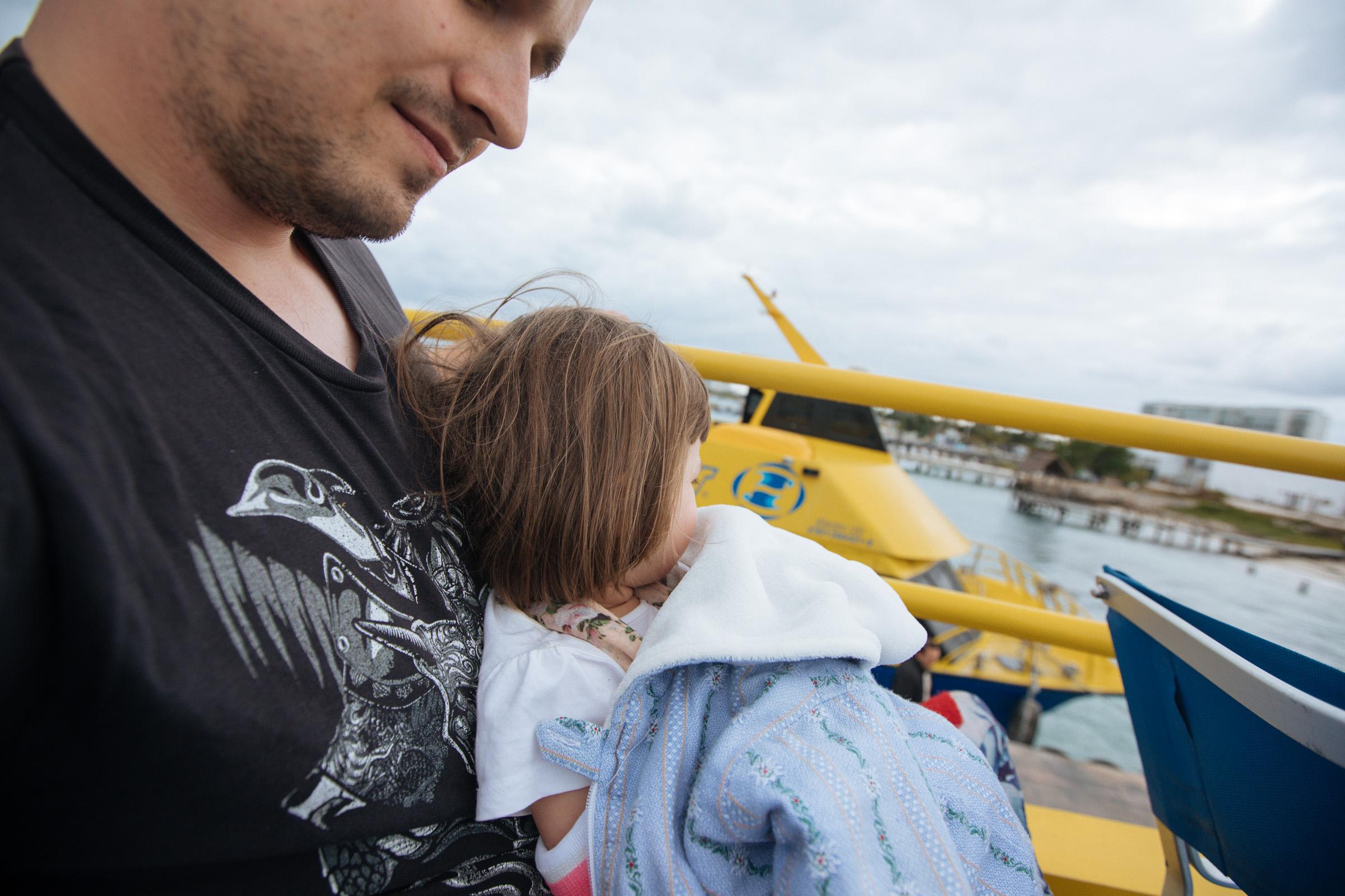 Ich mit Tochter auf dem Schoß auf der Ultramarfähre