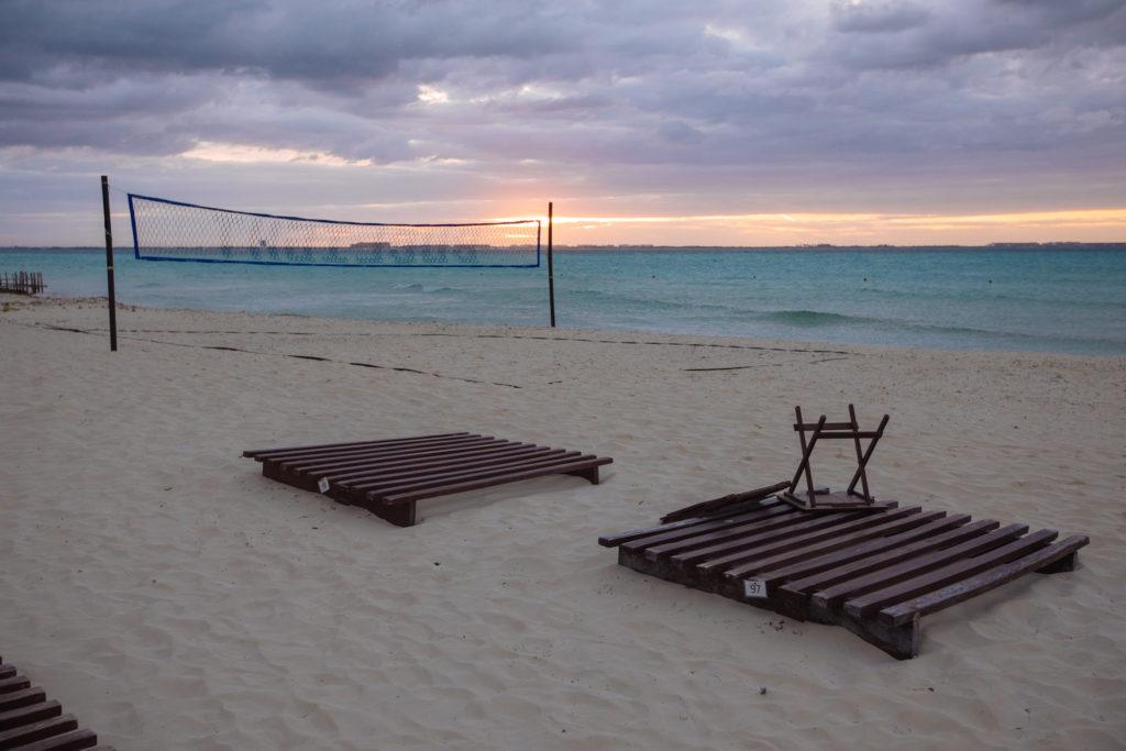 Sonnenuntergang mit Wolken am Strand