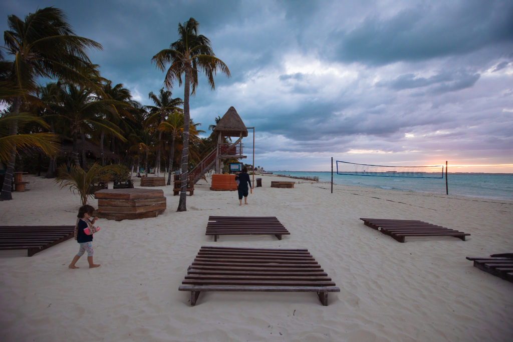 Abends am bewölkten Strand