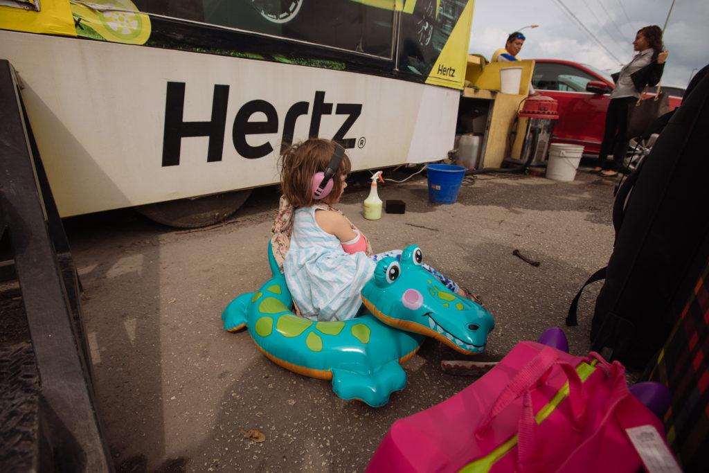 Tochter mit Badekrokodil vor der Hertz-Zentrale Cancun Centro