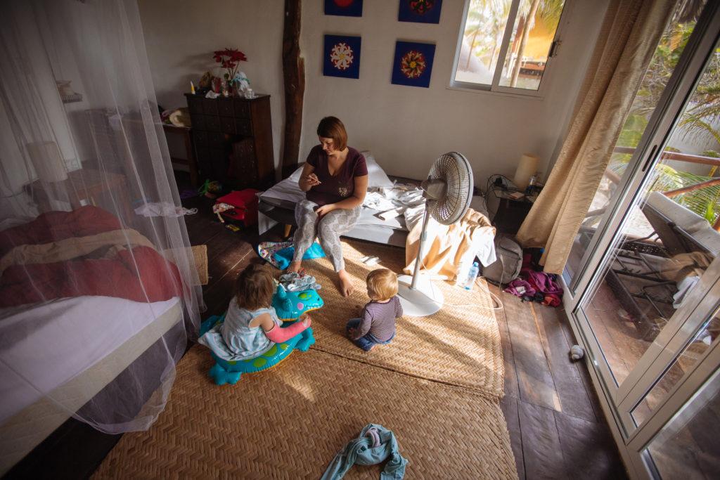 Frau und Kinder morgens im Zimmer in der Playa Xcanan