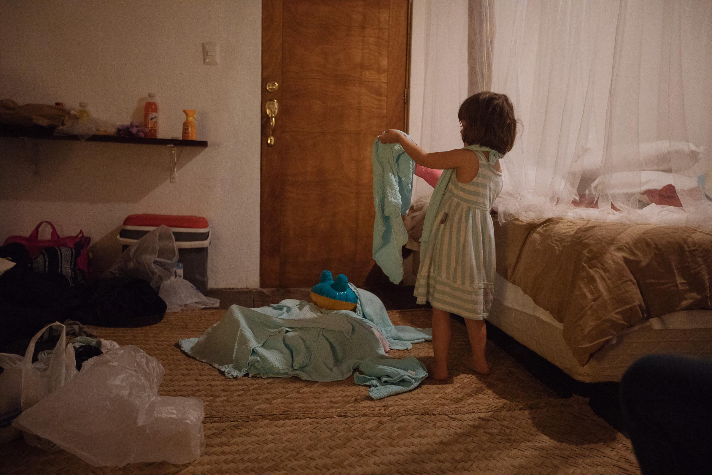 Bett aus Aufblastier und Stoffwindeln