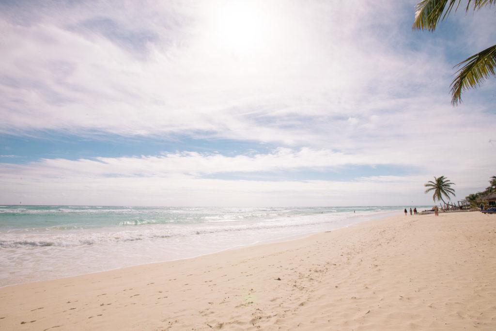 Wolken und Dunst über dem Meer in Tulum