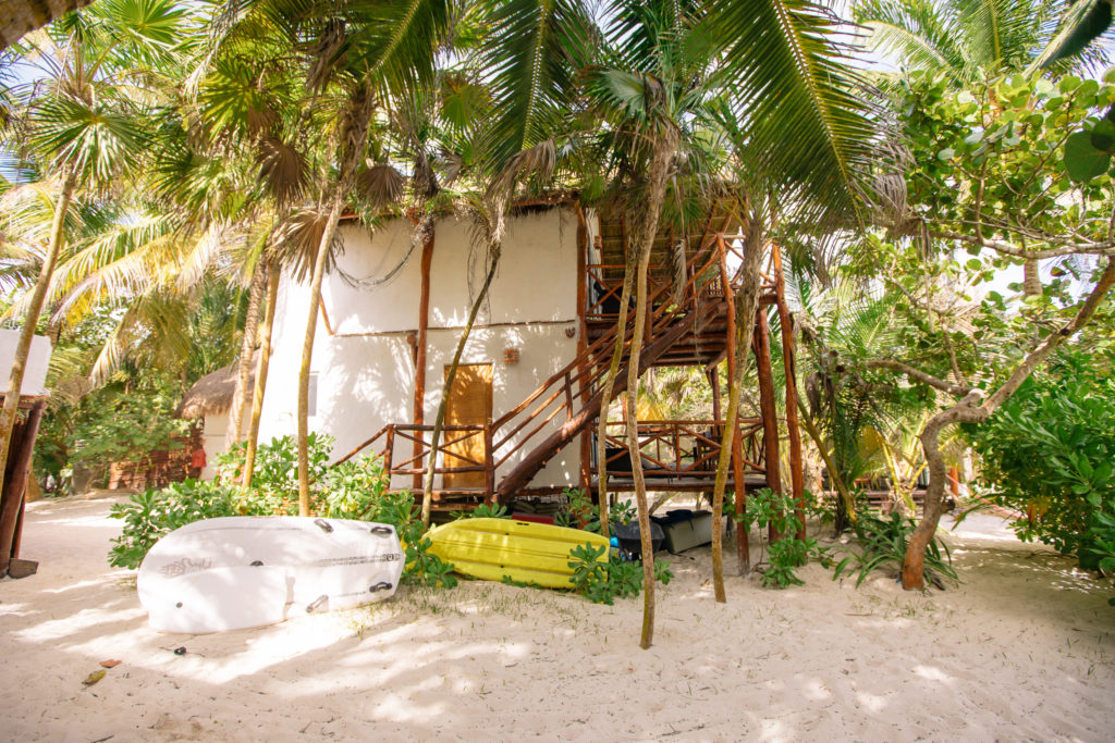 die große cabaña der Playa Xcanan mit Kayaks davor