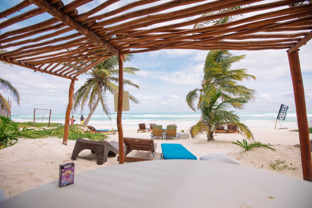 Tisch mit Blick auf den Strand