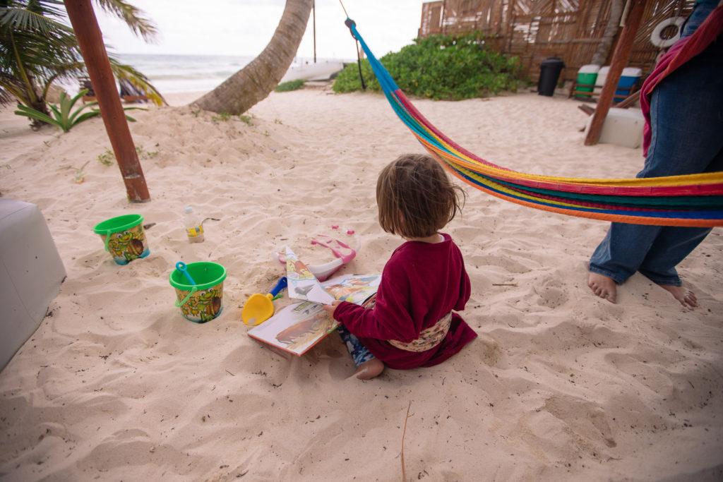 Töchterlein spielt im Sand in Tulum