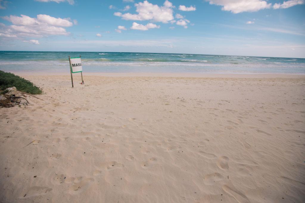 Massageschild am Strand vor der Casa Tranquillo