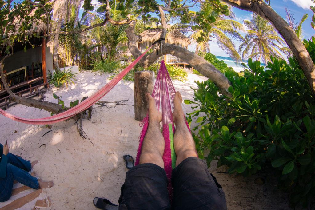 Füße in der Hängematte am Strand