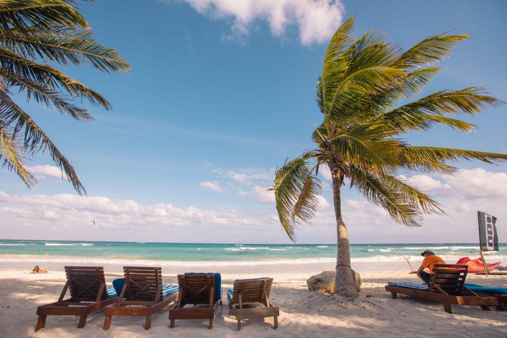 Strandliegen und die schiefe Palme vorne am Strand, Playa Xcanan
