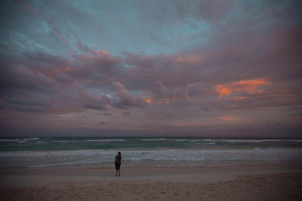 Frau und Sohn vor Meer und Sonnenuntergang in Tulum