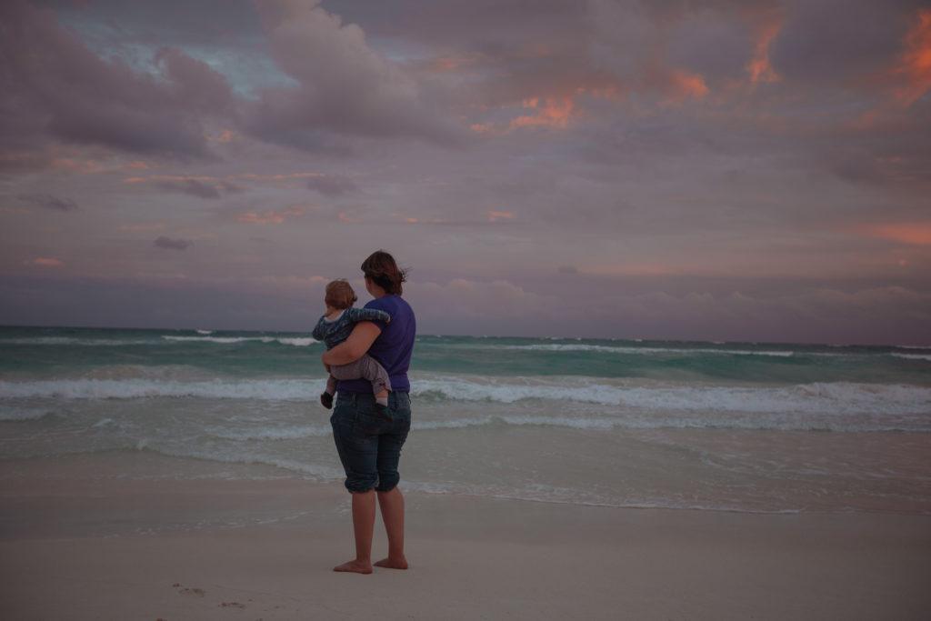 Frau und Sohn abends vorm Meer
