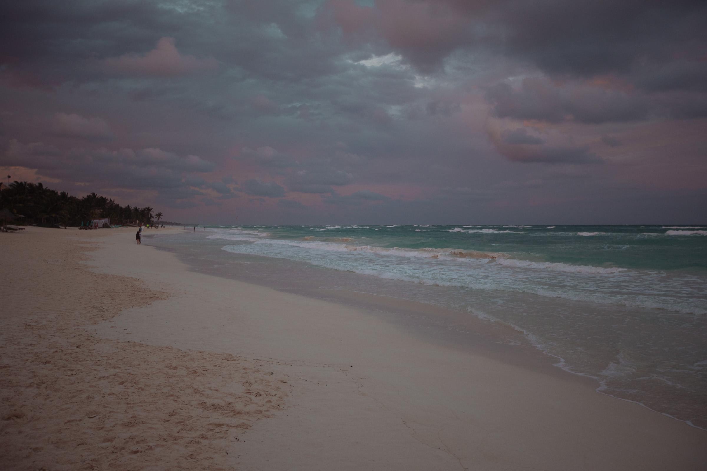 Dunkle Wolken abends über playa Tulum