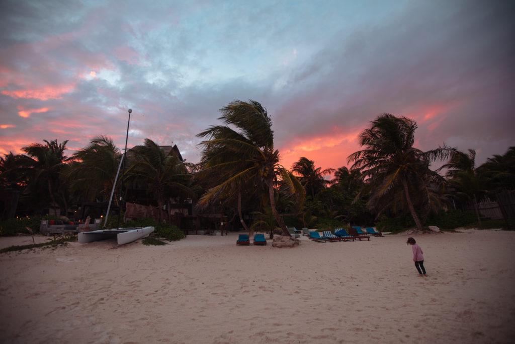 Töchterlein, Strand und Palmen im Sonnenuntergang in Tulum