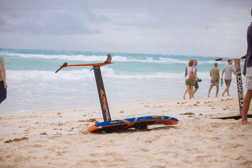 Kitesurfboard liegt am Strand bei der Playa Xcanan