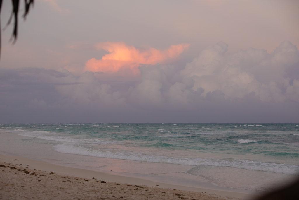 Eine leuchtende Wolke abends am Strand
