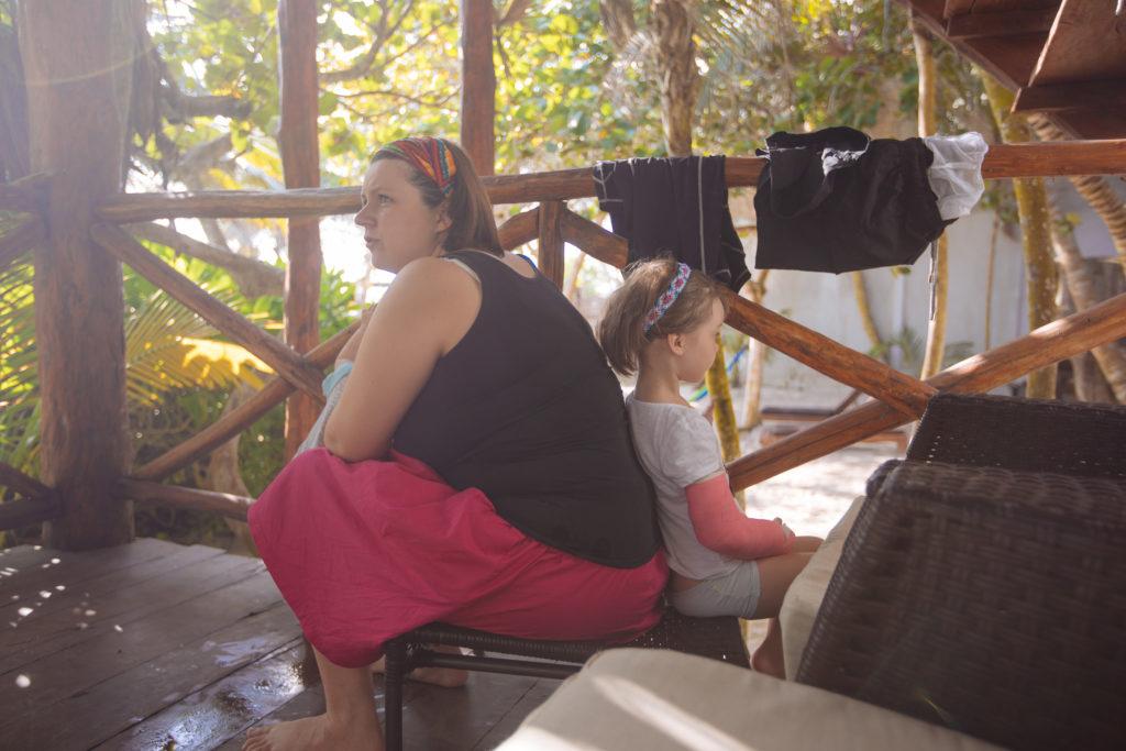 Myriam und Töchterlein sitzen Rücken an Rücken in der Morgensonne auf der Veranda unseres Zimmers in der Playa Xcanan