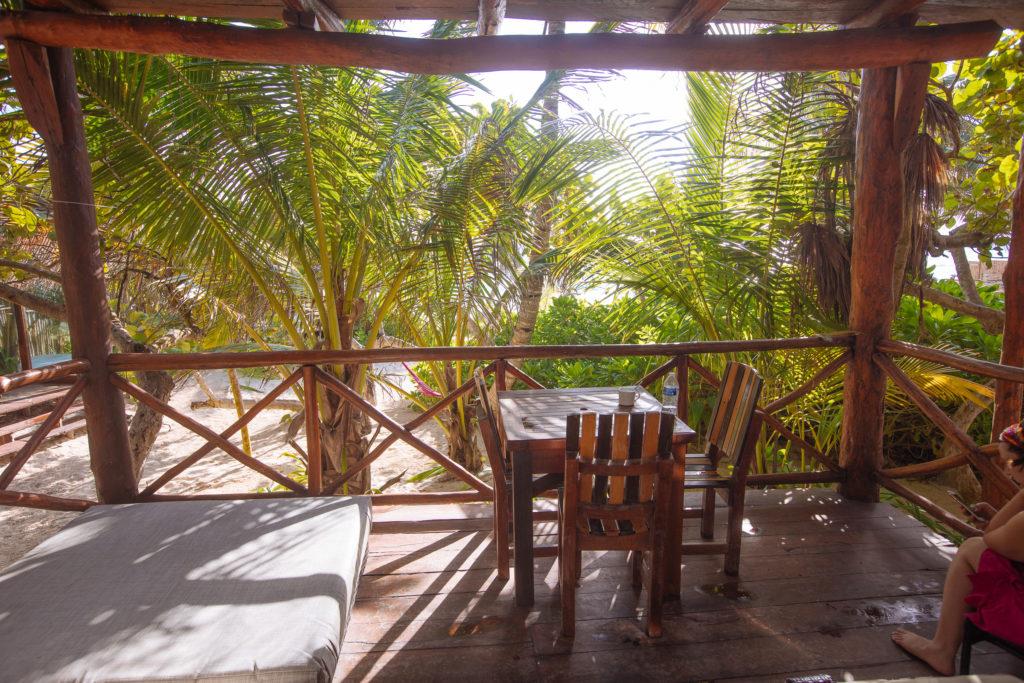Leerer Tisch auf der Veranda in der Playa Xcanan