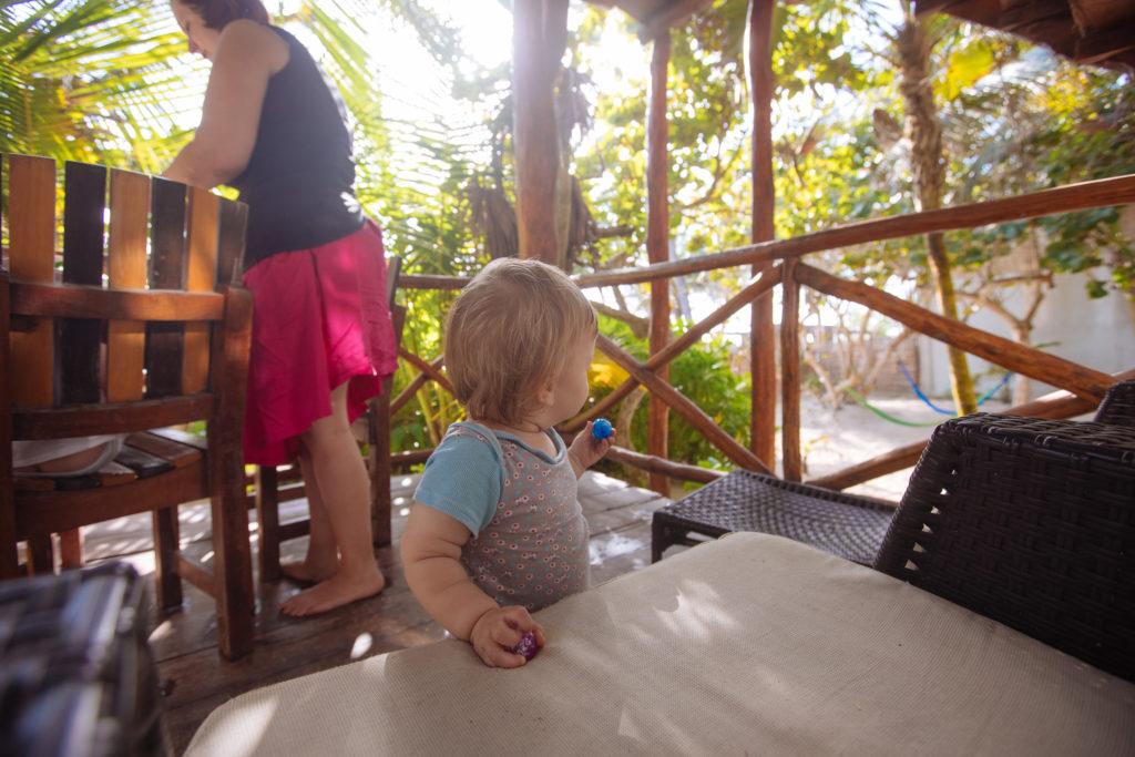 Sohnemann mit Flummis auf der Veranda bei der Playa Xcanan