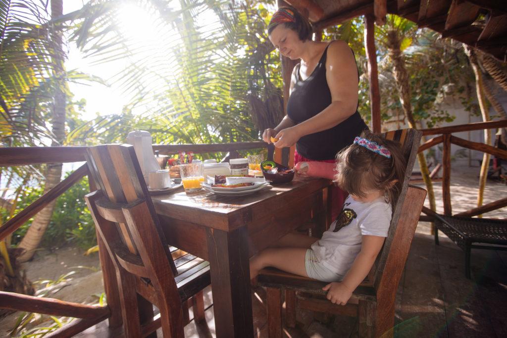 Frau und Töchterlein am Frühstückstisch bei Playa Xcanan
