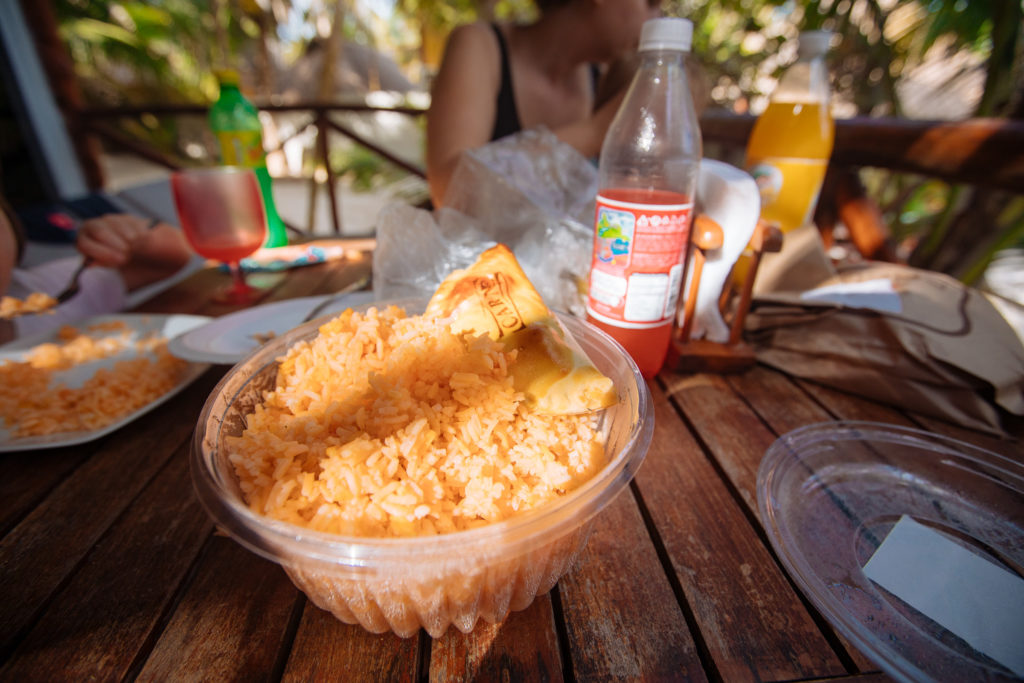 Empanadas und arroz mexicano auf der Terrasse bei Playa Xcanan