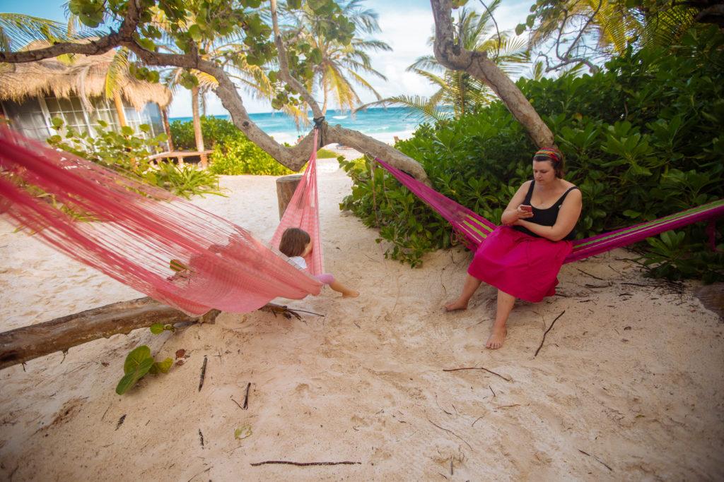 Frau und Tochter in rosa Hängematten bei Playa Xcanan