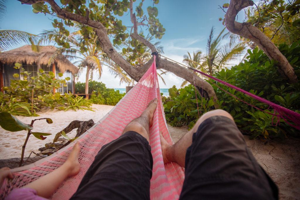 Füße von mir und dem Töchterlein in der rosa Hängematte