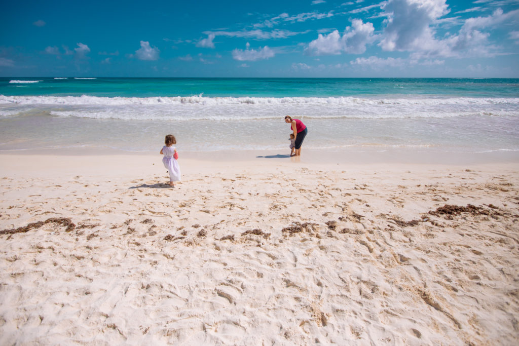 Tochter, Sohn und Frau am Strand vorm Meer am Abreisetag