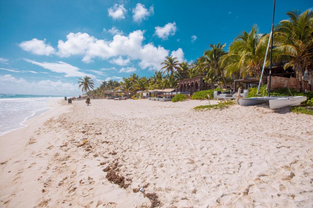 Strand hinunter Richtung Süden bei Playa Xcanan am Abreisetag