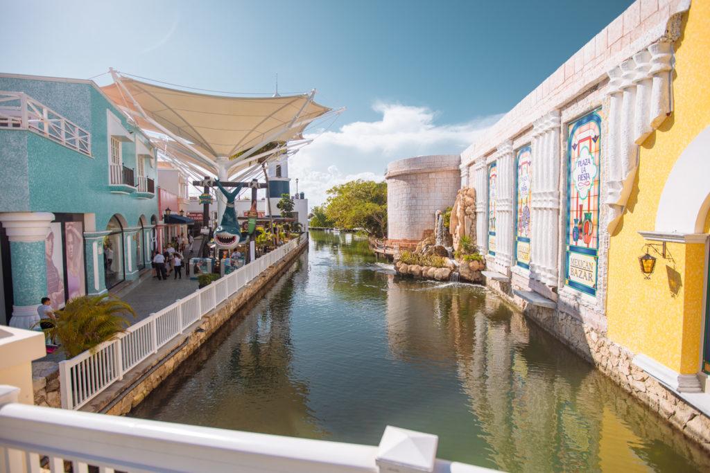 Haifischfigur und Kanal in La Isla Cancun