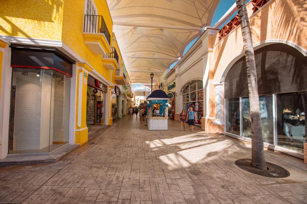 Überdachter Gang in La Isla Cancun