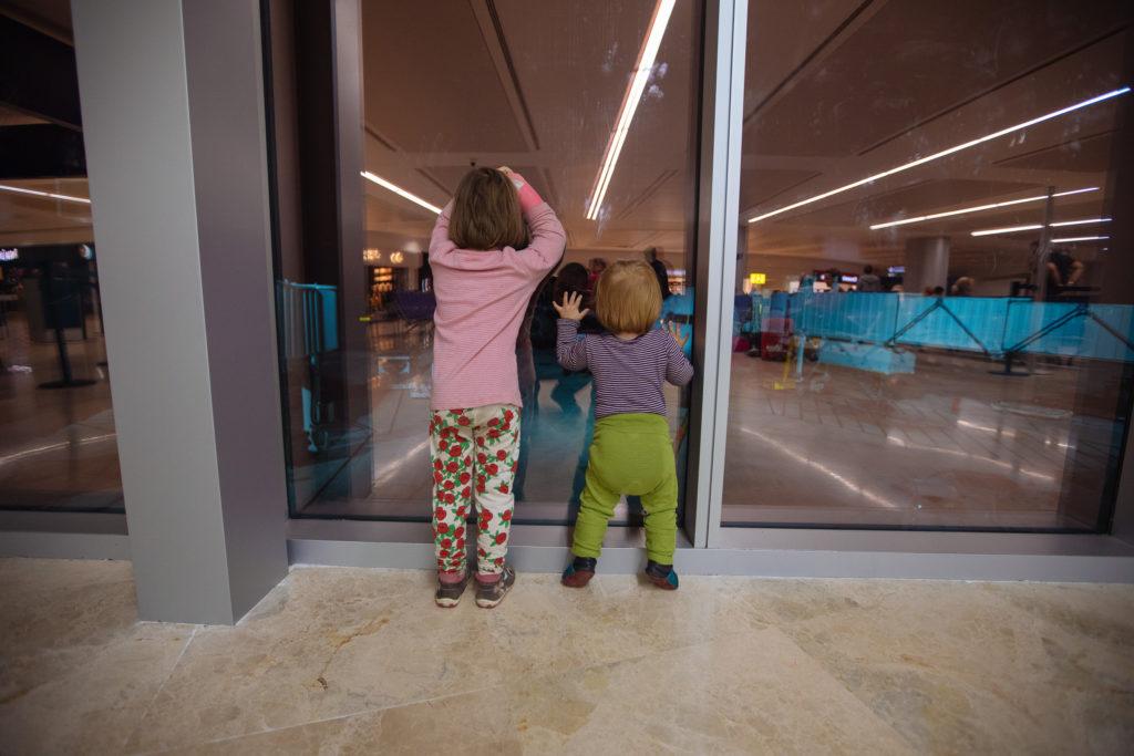 Kinder gucken den Flieger von Cancun nach Frankfurt an