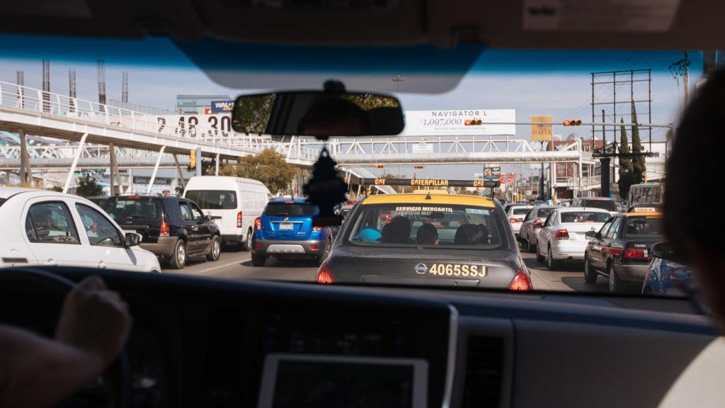 poblanisches Taxi und Fußgängerbrücke