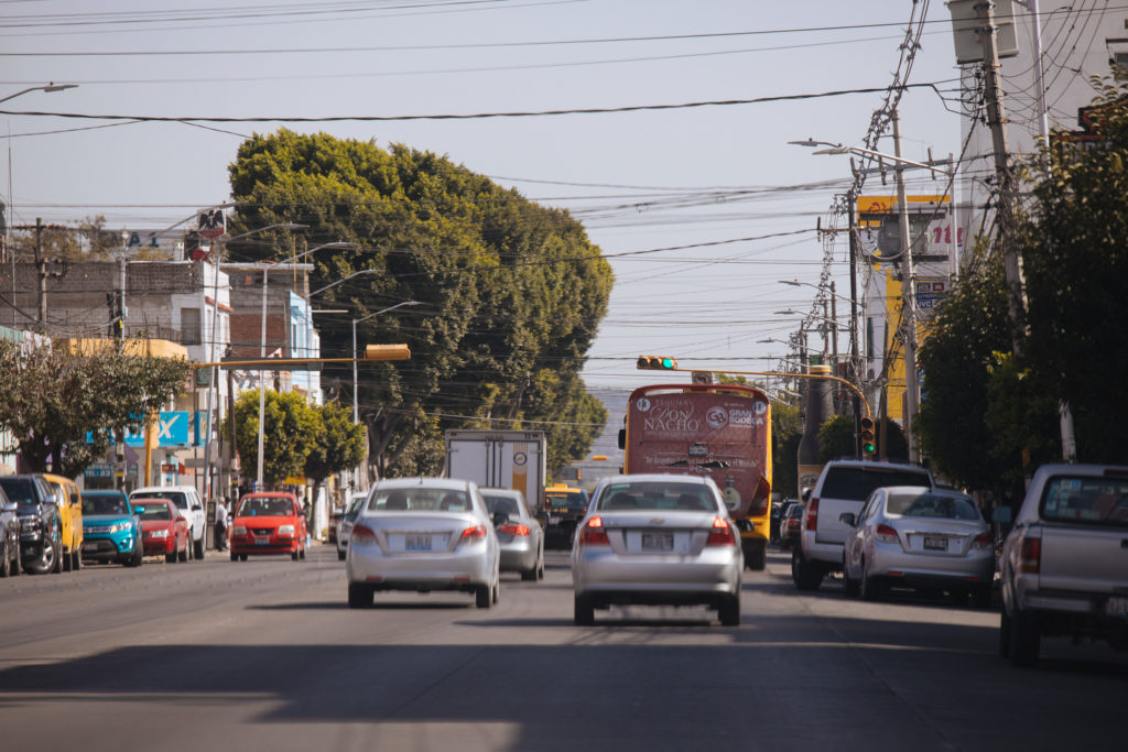Straße mit Oberleitungen in Puebla