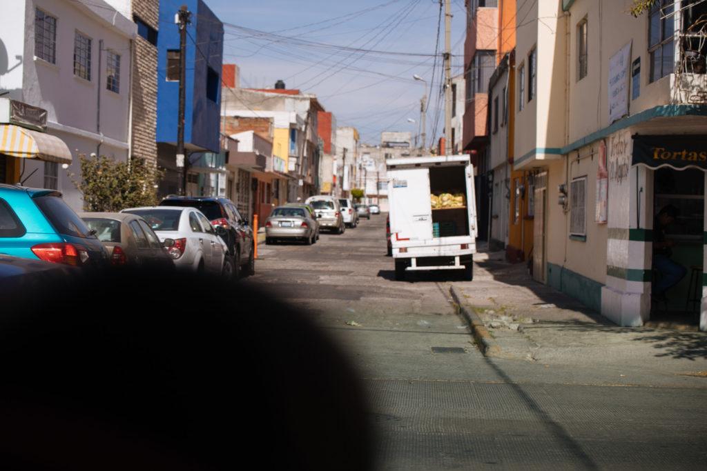 Lieferwagen in einer Seitenstraße